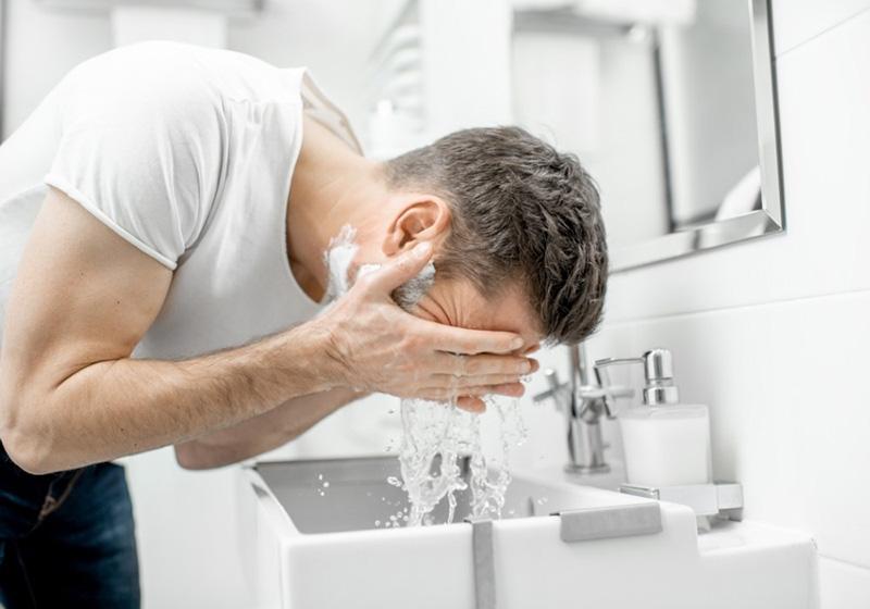 hạn chế để sữa rửa mặt tiếp xúc với môi