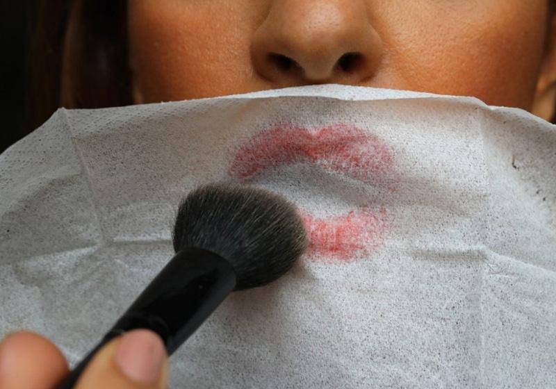 sử dụng phấn bột cho đôi môi không ăn son