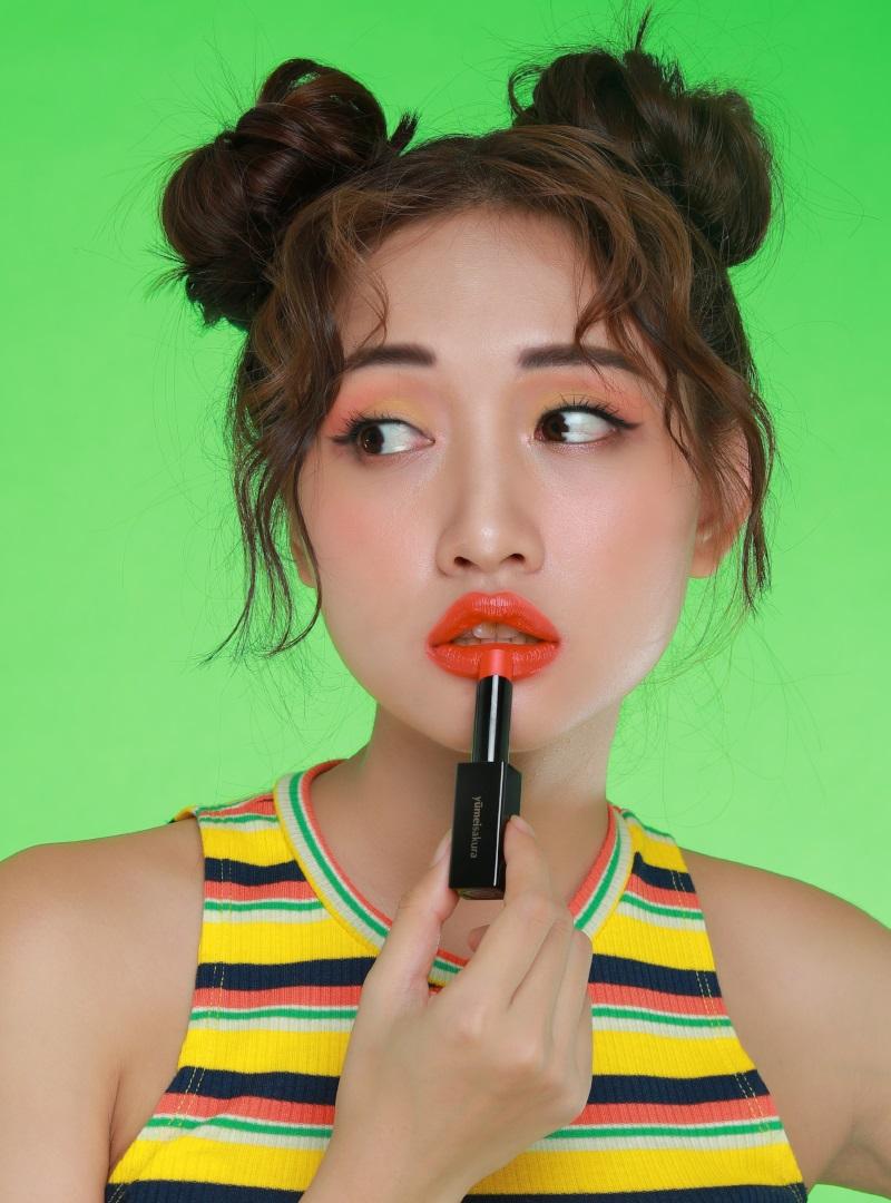 với tone trang điểm cam đào sẽ khiến môi thêm tươi tắn
