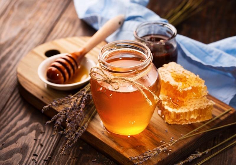 thoa mật ong lên môi để cung cấp thêm độ ẩm cho môi