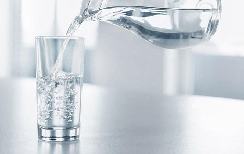 uống đủ nước để môi không nứt nẻ